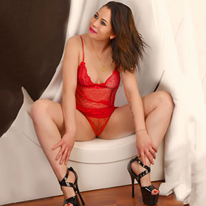 Sonya junges Escort Girl in Berlin mit Super kleinen Titten liebt Sex